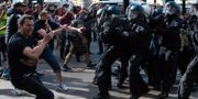 Demonstranter och polis drabbar samman på Alexanderplatz i Berlin. Christophe Gateau / TT NYHETSBYRÅN