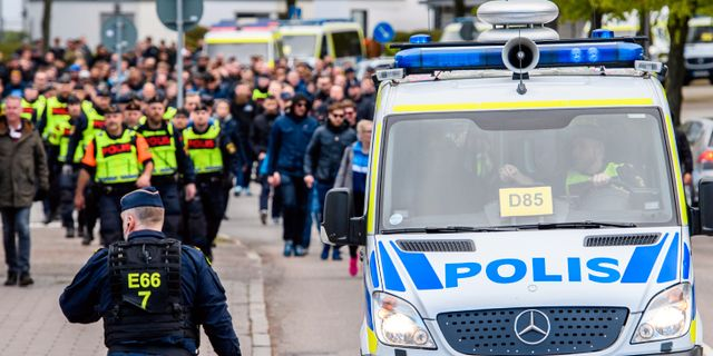 Djurgårdens supportrar anländer i sällskap av polis inför fotbollsmatchen i Allsvenskan mellan Helsingborg och Djurgården den 6 maj.  PETTER ARVIDSON / BILDBYRÅN