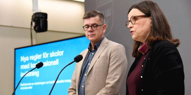 Anna Ekström och regeringens utredare Lars Arrhenius.  Marko Säävälä/TT / TT NYHETSBYRÅN