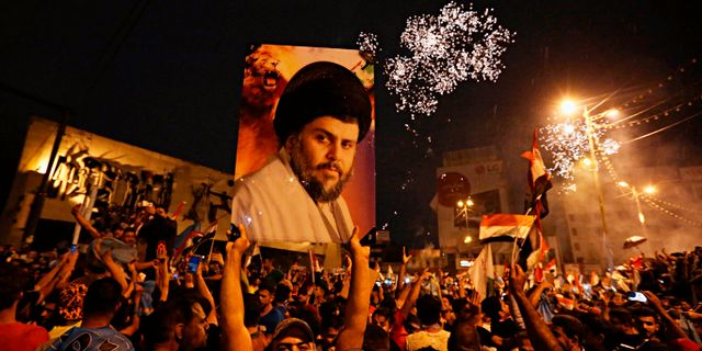 Supportrar till den shiitiske predikanten Muqtada al-Sadrs firar efter valet i Irak. Hadi Mizban / TT / NTB Scanpix