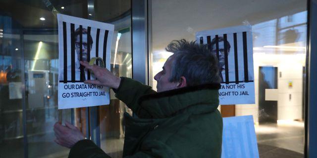 Affischer sätts upp i protest mot Cambridge Analytica. DANIEL LEAL-OLIVAS / AFP