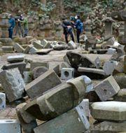 Stenar ligger välta på ett mausoleum i norra Japan efter gårdagens skalv. Takuro Yabe / TT NYHETSBYRÅN
