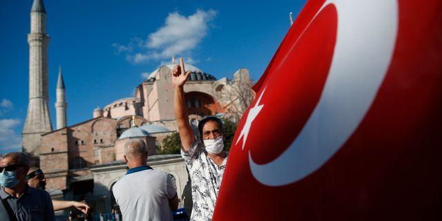 Personer med turiska flaggan utanför Hagia Sofia.  Emrah Gurel / TT NYHETSBYRÅN