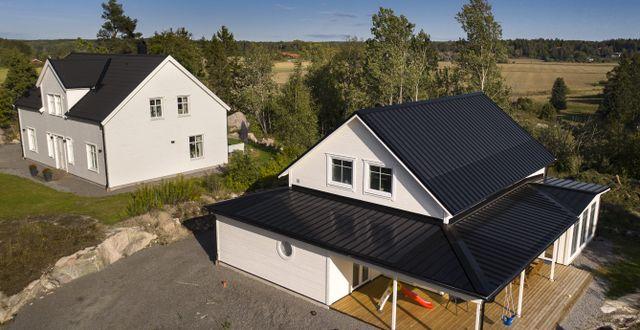 Installation av den diskreta solpanelen Midsummer SLIM, integrerad i ett falsat plåttak.
