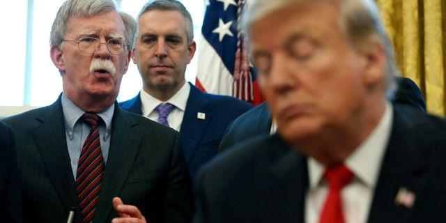 John Bolton (längst till vänster) LEAH MILLIS / TT NYHETSBYRÅN