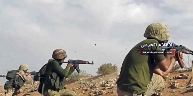 Pro-regimstyrkor skjuter mot al-Bukamal. Bilden är tagen den 8 november. Uncredited / TT NYHETSBYRÅN