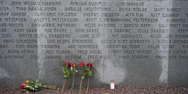 Blommor och ljus på plats vid Minnesmonumentet efter Estoniakatastrofen för 25 år sedan. Janerik Henriksson/TT / TT NYHETSBYRÅN