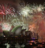 Fyrverkerier över Operahuset i Sydney vid nyår ifjol. Rob Griffith / TT NYHETSBYRÅN