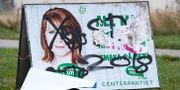 En nedriven valaffisch visar en gammal nedklottrad affisch under.  Johan Nilsson/TT / TT NYHETSBYRÅN