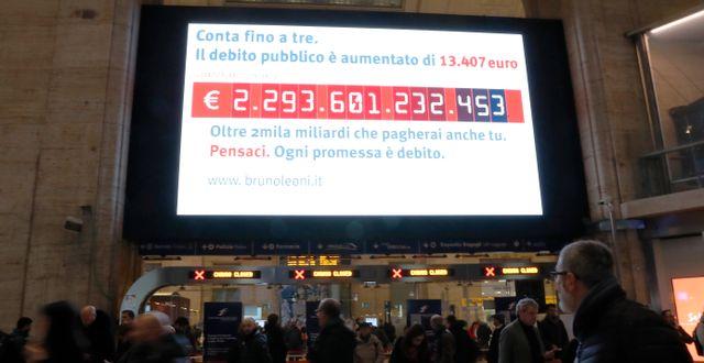 """""""Skuldklocka"""" som uppdaterar italienska statsskulden på centralstaionen i Milano. Arkivbild. Antonio Calanni / TT NYHETSBYRÅN"""