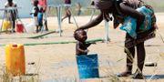 En mamma tvättar sin bebis i Beira. Tsvangirayi Mukwazhi / TT NYHETSBYRÅN/ NTB Scanpix