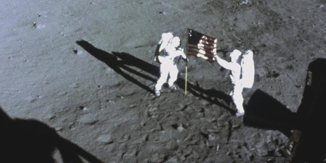 Den amerikanska flaggan placeras på månens yta.  National Geographic