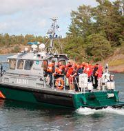 Mindre båt som evakuerar passagerare från Amorella. Niclas Nordlund / TT NYHETSBYRÅN