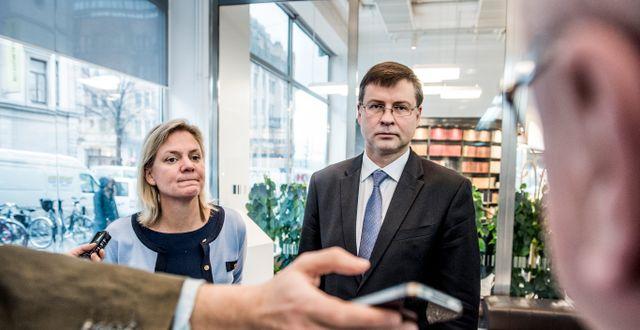 Finansminister Magdalena Andersson (S) och Valdis Dombrovskis. Lars Pehrson/SvD/TT / TT NYHETSBYRÅN