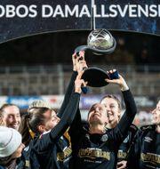 Göteborg FC firar guldet efter matchen mot Vittsjö i damallsvenskans sista omgång.  Björn Larsson Rosvall/TT / TT NYHETSBYRÅN