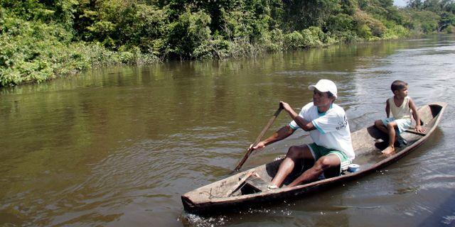 En båt på en flod i Brasilien.  Andre Penner / TT NYHETSBYRÅN