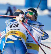 Maja Dahlqvist kramar om Johanna Hagström under damernas sprintfinal i världscupen Adam Ihse/TT / TT NYHETSBYRÅN