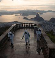 Soldater desinficerar området vid Kristusstatyn i Rio de Janeiro. Silvia Izquierdo / TT NYHETSBYRÅN