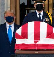 Donald och Melania Trump vid kistan. J. Scott Applewhite / TT NYHETSBYRÅN