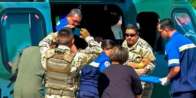 Tv-bild visar hur sjukvårdare bär bort en av de 15 personer som räddats. HO / TVN NOTICIAS
