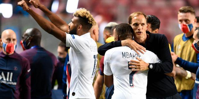 PSG:s tränare Thomas Tuchel kramar om Kylian Mbappe efter segern. David Ramos / TT NYHETSBYRÅN