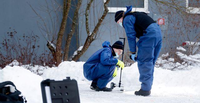 Polisens tekniker arbetar på brottsplatsen.  Mats Andersson/TT / TT NYHETSBYRÅN