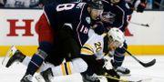 Boston Bruins Joakim Nordström och Columbus Pierre-Luc Dubois. Jay LaPrete / TT NYHETSBYRÅN/ NTB Scanpix