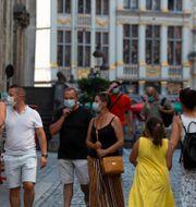 Människor med ansiktsmasker i Bryssel. Virginia Mayo / TT NYHETSBYRÅN