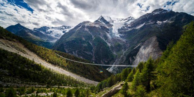 Företaget Swissrope, som byggt många liknande broar, behövde bara tio dagar för att få allt på plats. Zermatt Tourism
