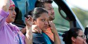 Vänner och familj betraktar sina anhöriga föras bort av amerikanska gränsmyndigheten.  Rogelio V. Solis / TT NYHETSBYRÅN/ NTB Scanpix