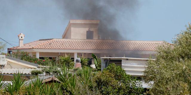 Rök stiger från huset i Alcanar som exploderade.  HEINO KALIS / TT NYHETSBYRÅN