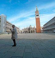 Kvinna på tomt torg i Venedig i mars. Anteo Marinoni / TT NYHETSBYRÅN