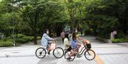 Flickor cyklar med munskydd i Sydkorea. Ahn Young-joon / TT NYHETSBYRÅN