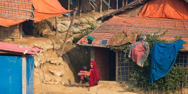 En kvinna med sitt barn i ett flyktingläger i Bangladesh. Dar Yasin / TT NYHETSBYRÅN
