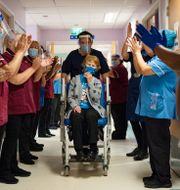 90-åriga britten Margaret Keenan efter att hon tagit första vaccinsprutan. Jacob King / TT NYHETSBYRÅN