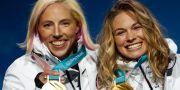Kikkan Randall (vänster) med lagkamraten Jessica Diggins efter att duon tagit guld i teamsprinten i OS i Pyeonchang. Patrick Semansky / TT / NTB Scanpix