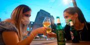 Illustrationsbild: Italienare skålar på en bar i Rom efter lättade restriktioner. FILIPPO MONTEFORTE / TT NYHETSBYRÅN
