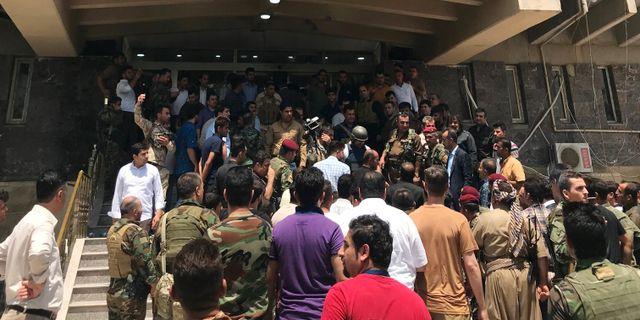 Människor samlas utanför den kurdiska regeringsbyggnaden i Erbil. AZAD LASHKARI / TT NYHETSBYRÅN