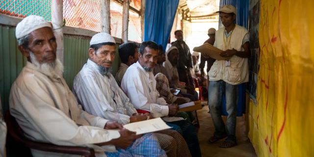 Äldre rohingya-män som väntar på att få träffa en läkare.  Amnesty/Reza Shahriar Rahman