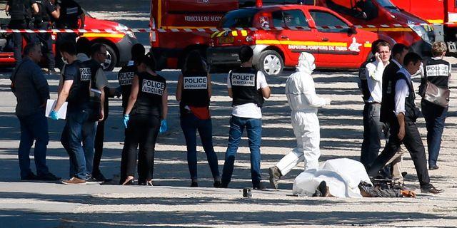 Polis vid den döde mannens kropp. GONZALO FUENTES / TT NYHETSBYRÅN