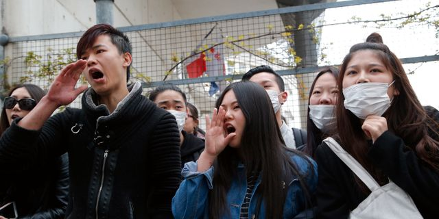 Amerikanska myndigheter stangdes ned efter protest