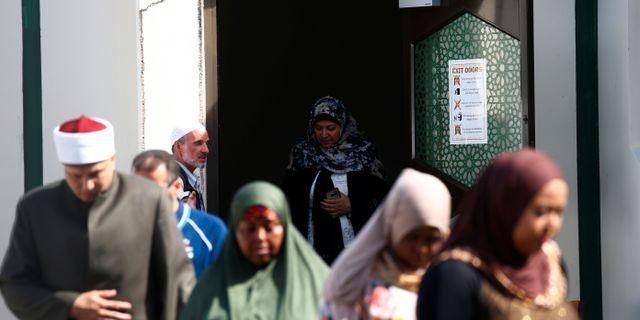 Människor återvänder till al Noor-moskén i Christchurch. EDGAR SU / TT NYHETSBYRÅN