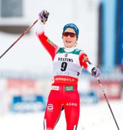 Therese Johaug glider in som segrare. KALLE PARKKINEN / BILDBYRÅN