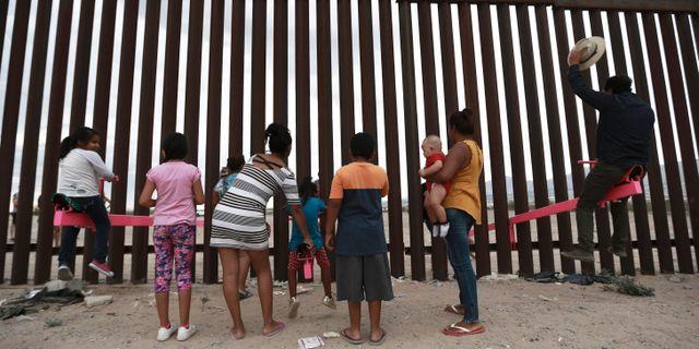 Familjer står vid gränsen mellan USA och Mexiko.  Christian Chavez / TT NYHETSBYRÅN/ NTB Scanpix