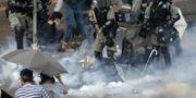 Polis i Hongkong använde tårgas och grep demonstranter  vid det polytekniska universitetet.  Ng Han Guan / TT NYHETSBYRÅN