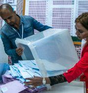 Rösträkningen påbörjas. Riadh Dridi / TT NYHETSBYRÅN