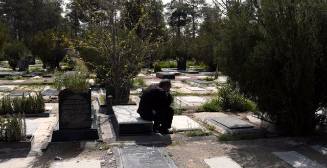 Man sörjer på kyrkogård i Teheran. WANA NEWS AGENCY / TT NYHETSBYRÅN