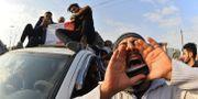 Sörjande iranier vid begravningen av en aktivist som dog under bensinprotesterna. HAIDAR HAMDANI / AFP