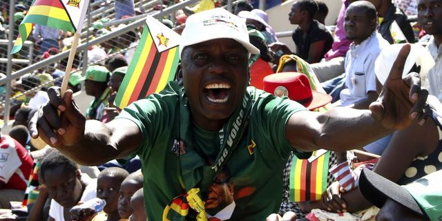 En glad Mnangagwa-supporter under söndagens ceremoni. TT