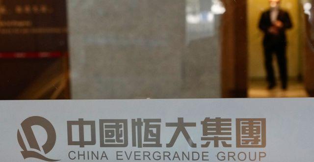 Arkivbild: En säkerhetsvakt hos China Evergrandes huvudkontor.  Vincent Yu / TT NYHETSBYRÅN